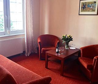 Apartament z fotelami w Hotelu Gryf